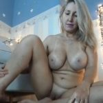 Madura loira fazendo cenas excitante no webcam
