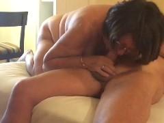 Empregada madura liberando buceta para filho do patrão na webcam