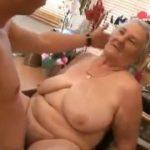 Avó puta tarada ganhando bombadas na buceta
