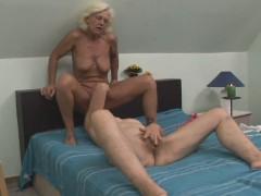 Duas velhas lésbicas se lambendo muito gostoso