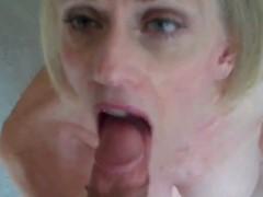 Enchendo a boca da safada de porra