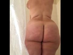 Safada de cinquenta anos no banho