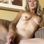 Velha gostosa masturbando na frente da webcam