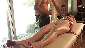 Coroa cachorrona se aproveitando do negão na massagem