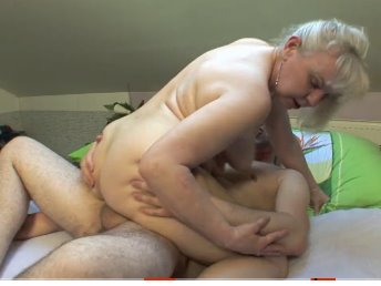 Loira cachorra no sexo oral e na penetração anal