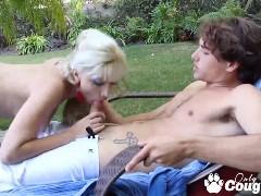 Loira dona de academia fodendo com o aluno mais velho