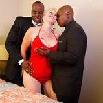 Madura tesuda da buceta lisa transando com namorado