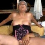 Mãe coroa chupando o cacete grande do filho