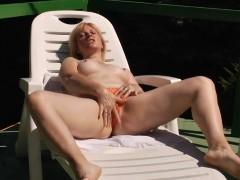 Mãe coroa masturbando enquanto tomava um sol