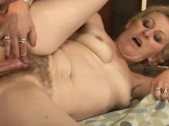 Velha loira cabeluda realizando a sua fantasia sexual