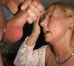 Dona de casa chupando o pau do amigo do marido
