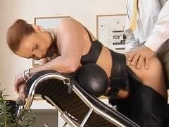 Empresario comendo uma garota de programa ruiva madura