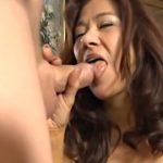 Esposa mestiça asiática magrinha fazendo brincadeiras com marido