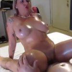 Velho comendo duas putas brasileiras no motel