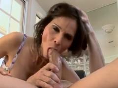 Esposa boqueteira chupando a pica grande do marido