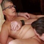 Marido chama garoto para comer sua esposa de 80 anos de idade