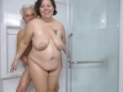 Casal de velhos tomando banho pelados no chuveiro
