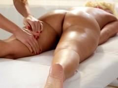 Massagem erótica lésbica com sexo no final