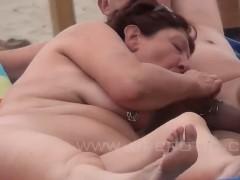 Mulheres tomando banho de sol na praia de nudismo