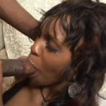 Negra cuzuda mama na pica e leva madeirada na buceta